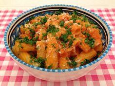 Pasta met paprikasaus   Het lekkerste recept vind je op Alles Over Italiaans Eten