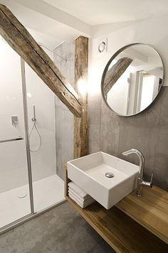 Poutres en bois et béton ciré dans la salle de bains : une magnifique alliance de matériaux