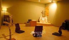 아주 작은 교회, 마을 중심에 서다 - 뉴스앤조이 Church Interior Design, Church Sermon, Floor Chair, Flooring, Space, Furniture, Home Decor, Floor Space, Decoration Home