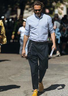 地味なネイビーパンツをお洒落に見せる、あのシャツとは? | ファッションスナップ(メンズ) | LEON.JP Old Man Fashion, Mens Fashion, Fashion Outfits, Men Street, Street Style Women, Most Stylish Men, Italian Outfits, Neue Outfits, Madrid