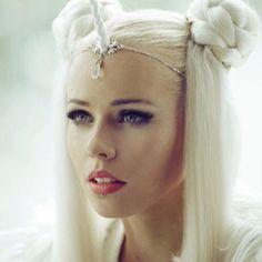 White Unicorn Horn Circlet on Etsy - Inspiration for a fun festival costume Fantasy Hair, Fantasy Makeup, Fashion Bubbles, Halloween Karneval, Unicorn Makeup, Unicorn Hair, Unicorn Headpiece, Mermaid Makeup, Unicorn Horns
