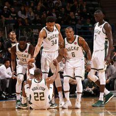 Dove eravamo rimasti? Milwaukee Bucks 2019-2020  Record: 53-12 Miglior giocatore per punti: Giannis Antetokounmpo (29.6 punti) Miglior giocatore per rimbalzi: Giannis Antetokounmpo (13.7 rimbalzi) Miglior giocatore per assist: Giannis Antetokounmpo (5.8 assist)  I Milwaukee Bucks sono sempre di più in vetta alla Eastern Conference e non sembrano aver rivali (record di 34-5 contro le squadre ad Est). Con un Giannis in formato MVP, un Middleton da 21.1 punti, 6.2 rimbalzi e 4.1 assist di media, l' West Brook, Eastern Conference, Second Best, Best Player, Nba Basketball, Dark Horse, Lakers Celtics, Nfl, Two By Two