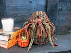 Плетение из газет Sculpture Art, Sculptures, Newspaper Basket, Basket Weaving, Straw Bag, Wicker, Arts And Crafts, Inspiration, Succulents
