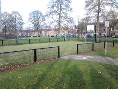 Op deze foto is een mooi sportveld te zien. Op dit sportveld zijn voorzieningen om te voetballen en basketballen aanwezig. Ook is er ruimte voor de kinderen/jongeren om andere speelse activiteiten uit te oefenen. (Gerwin)