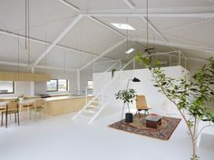 Voici un magnifique travail de rénovation au Japon, dans la préfecture de Gifu, à Yoro. On doit ce projet à Airhouse Design Office. Dans le passé, ce bâtiment était un entrepôt pour du matériel agricole, les architectes et designers ont profité de ce bel espace pour en faire une habitation familiale.