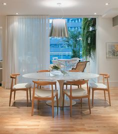 mesa saarinen branca - cadeira madeira clara com estofado branco