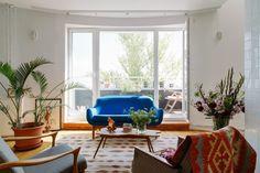 Двухэтажная квартира сжёлтой лестницей исадом набалконе . Изображение №12.