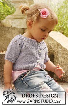 """Sweter DROPS z krótkim lub długim reglanowym rękawem i ażurowym karczkiem, z włóczki """"Merino Extra Fine"""". ~ DROPS Design"""