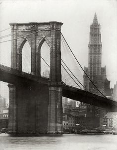 1914 the Brooklyn Bridge and the Woolworth Building, New York City