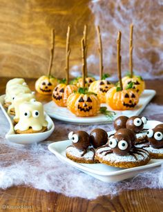 Lokakuu huipentuu kuun lopulla vietettävään halloween-juhlaan. Teemaan sopivia herkkuja saa loihdittua vähemmälläkin vaivalla: helpotusta valmisteluihin voi hakea karkkeja ja keksejä tuunaamalla. Huvittavaa kyllä olen lastenjuhlia järjestäessäni huomannut, että lapsille kaupan valmiit vaihtoehdot ovat toisinaan jopa kaikkein mieluisimpia. 🙂 Siksi näihin herkkuihin liittyy leipomisen sijaan ennemminkin koristelua ja