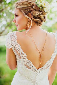 Vestido de noiva com detalhe romântico. Perfeito para casamento diurnos / no campo.