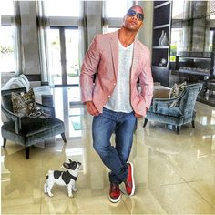 Dwayne Johnson and his new French bulldog puppy. The Rock Dwayne Johnson, Dwayne The Rock, Rock Johnson, Red Shoes Outfit, Celebrity Dogs, Outfit Trends, Mens Fashion Suits, Swag Fashion, Bulldog Puppies