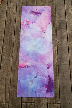 Our hybrid yoga mats (183 x 61 cm) are extra long, of premium quality and extra thick (3,5mm). The Mala hybrid mat has a cushioning natural rubber base and a microfiber top which comes in 5 different designs. The microfibre surface layer becomes even more grippy the more you sweat and helps you to build a secure stance and grip. The hybrid mat is even machine washable. Simply wash cold and hang to dry for a clean and colorful yoga practice.  The cherry blossom design uses water based ink…