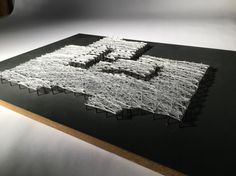 Abstracto Chillida. Madera lacada en color gris oscuro. Hilo blanco. Clavos a doble altura. Medidas: 30x40 cm. €17.99