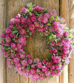 Lovely springtime or summer wreath Diy Wreath, Door Wreaths, Yarn Wreaths, Tulle Wreath, Floral Wreaths, Burlap Wreaths, Corona Floral, Clover Flower, Deco Floral