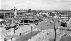 Het Centraal Station van de NS, gezien vanaf het Stationsplein (27 mei 1955).