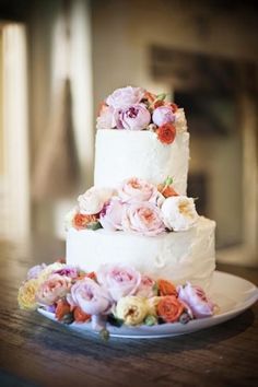 Свадебный торт с розами и пионами разных оттенков