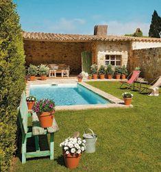 De estilo como o das casas da Toscana, na Itália, este jardim tem gramado, parede verde e piscina