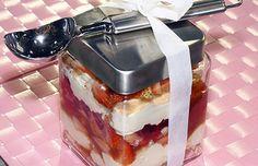 ¡Tiramisú de fresa para regalar! Deli, Tiramisu, Valentines Day, Pudding, Ethnic Recipes, Desserts, Gifts, Amor, Strawberry Tiramisu