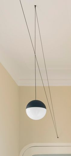 Minimal and poetic like a pencil line drawn in the air, String is an original suspension light, both conceptually simple and bold at the same time.