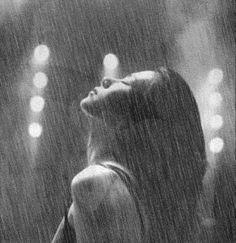 Výsledek obrázku pro грустная девушка под дождем