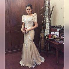 wears a classic filipiñiana for So pretty and elegant yans! Modern Filipiniana Gown, Filipiniana Wedding, Wedding Gowns, Wedding Bride, Filipino Wedding, Filipino Fashion, Formal Gowns, Traditional Dresses, Pretty Dresses