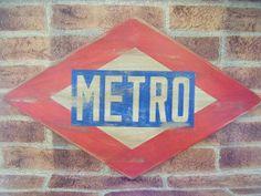 Letrero de metro de Madrid Retro estilo envejecido, logotipo de los época de los 60. http://tumuebleconsolajvg.webs.tl