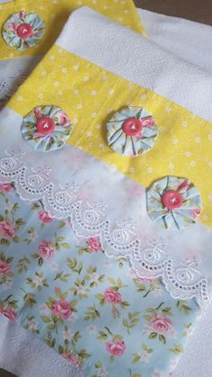 51 Ideias de Pano de Prato com Fuxico - Artesanato Passo a Passo! Cloth Flowers, Fabric Flowers, Fabric Patterns, Embroidery Patterns, Quilting Projects, Sewing Projects, Folding Fitted Sheets, Applique Towels, Yo Yo Quilt