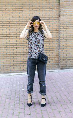 top de inspiración oriental, con jeans de estilo mom´s o boyfriend y sandalias negras, con bolsito de cadena y gafas de sol aviador amarillas