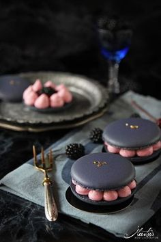 Blackberry macarons – a guest at the La Crema summer festival – Maren Lubbe – fine delicacies - Cupcakes Fancy Desserts, Köstliche Desserts, Delicious Desserts, Dessert Recipes, Yummy Food, Cupcake Recipes, Macaroons, Macaron Cookies, Macaron Flavors
