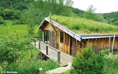 If you also had a green roof Summer Cabins, Crazy Houses, Earth Homes, Earthship, House In The Woods, Tiny House, Outdoor Living, Sweet Home, House Styles