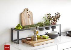 Som tilbehør kan du få glas- og træhylder, træbakker, skuffer, knivblok og holdere til tablet, køkkenrulle, krydderiglas og krydderurter.