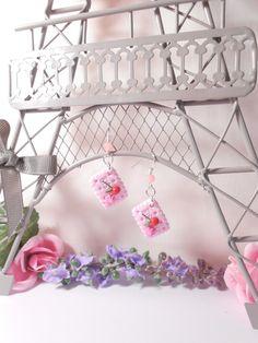 """Boucles d'oreille """"mini biscuit rose"""" en fimo : Boucles d'oreille par…"""