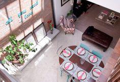 table en bois, chaises dossier bleu et blanches