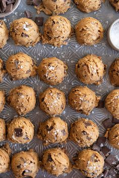 Regular pantry staples are elevated to another level to give this cookie a 'fancy with only a little more effort' vibe. Brown butter is stirred in… Salted Caramel Chocolate, Chocolate Caramels, Chocolate Quotes, Salted Caramel Cookies, White Chocolate Chips, Just Desserts, Delicious Desserts, Yummy Food, Healthy Food
