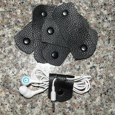 Organisateur de cordon de cuir à la main Ce petit organisateur de cordon en cuir a une pression qui lui permet d'enrouler autour de votre cordon du chargeur ou écouteurs et l'empêcher de devenir un fouillis. Vous pouvez commander l'organisateur avec ou sans deux fentes en haut,