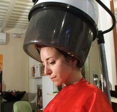 regard penchee d'une femme sous le casque
