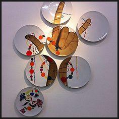 Montagem divertida com pratos na parede