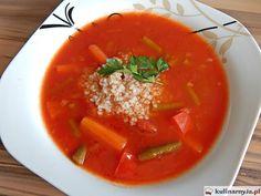 Wegańska zupa pomidorowa z fasolką szparagową, papryką i kaszą jęczmienną.