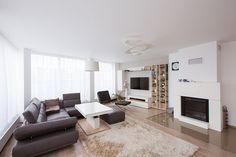 Na vzdušnosti dodávají obývacímu pokoji velká okna, jimiž se dá vstoupit na terasu. Efektní je i stropní svítidlo Pirce soffitto od Artemide (19 830 Kč, art-light)