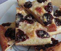 Kysnutý slivkový koláč s posýpkou. French Toast, Breakfast, Food, Basket, Morning Coffee, Essen, Meals, Yemek, Eten