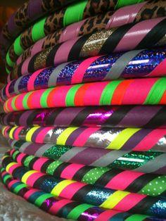 El aro de la aptitud Amor y luz  El aro de hula Amor y luz es mi nuevo favorito del hula con todos los colores del arco iris y toneladas de brillo! Cuenta con cinta de lentejuelas rojo, fluorescentes amarillo, verde y morado. También contiene que necesitaba iluminadores (apretón) cinta en teal, fluorescente verde fluorescente naranja y fluorescente, rosa. La cinta de sujeción mantiene el aro resbale hacia abajo.  1) ELEGIR EL TUBO (Diseño no está disponible en 5/8 tubería) Polipropileno ...