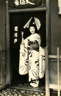Maiko Hisagiku in a Doorway 1939    Hisagiku standing in the doorway of an Ochaya (Tea-house).