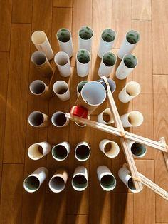 【高齢者レクリエーション】ペットボトルキャップと割り箸と輪ゴムで作ったマジックハンドを使って『トイレットペーパーの芯つかみゲーム』に挑戦してみた | レクネタ Measuring Cups, Toilet Paper, Triangle, Measuring Spoons, Toilet Paper Rolls