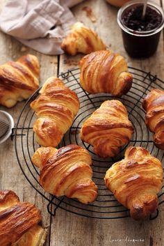 Croissants detaliu Bake Croissants, Jacque Pepin, Food Photography, Good Food, Food And Drink, Pork, Appetizers, Sweets, Bread