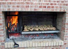 Chicken on the Parrilla Grill, design barbecue Chicken on the Parrilla Grill Outdoor Kitchen Patio, Outdoor Oven, Outdoor Kitchen Design, Outdoor Cooking, Barbecue Four A Pizza, Barbecue Grill, Barbacoa Argentina, Parilla Grill, Asado Grill