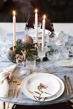 A marbled table with a beautiful Christmas table setting. The plates are designed by Royal Copenhagen. Christmas Table Settings, Holiday Tables, Christmas Tree Decorations, Table Decorations, Royal Christmas, Beautiful Christmas, Christmas Home, Merry Christmas, Royal Copenhagen