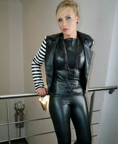 Very stylish mature Lady in black Leather Pants and matching black Leather Top Sexy Outfits, Pretty Outfits, Sexy Older Women, Sexy Women, Tight Leather Pants, Leder Outfits, Shiny Leggings, Leather Dresses, Women's Dresses