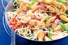 Kijk wat een lekker recept ik heb gevonden op Allerhande! Noedels met kip Asian Recipes, Healthy Recipes, Ethnic Recipes, Asian Kitchen, Japanese Dishes, Happy Foods, Indonesian Food, Budget Meals, Chicken Recipes