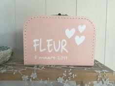 Kinderkoffertje met naam!  Je shopt ze op www.littleduck.nl  Onmisbaar in iedere babykamer. Leuk om bijv. de eerste spulletjes in te bewaren.